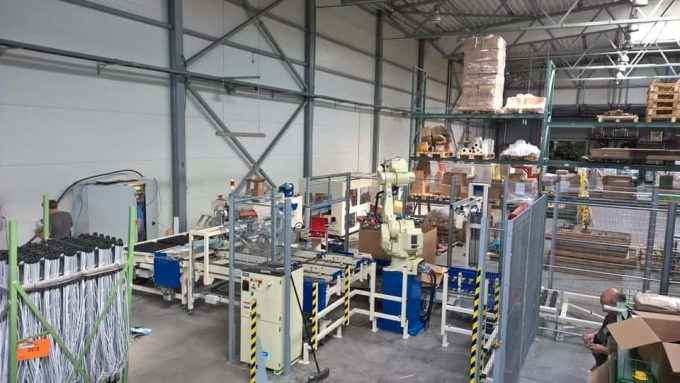 Packaging line, integrated packet-handling robot